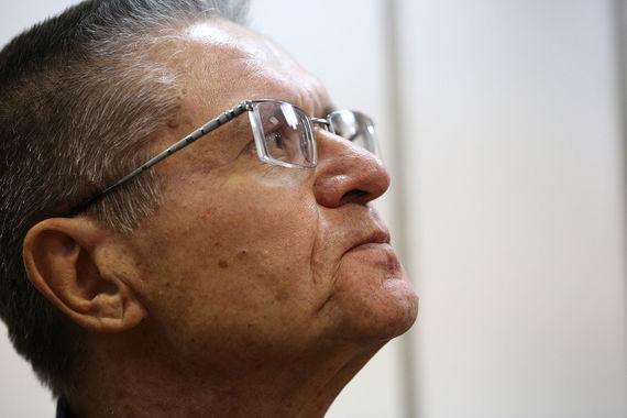 По версии обвинения,  экс-министр экономического развития Алексей  Улюкаев лично потребовал взятку у главного исполнительного директора  «Роснефти» Игоря Сечина. Это случилось на саммите в Индии, заявил в  Замоскворецком суде один из прокуроров. По его словам, Сечин на это  согласился, но обратился в ФСБ