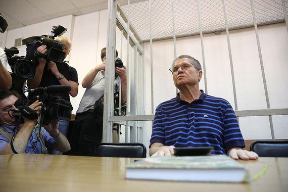 Улюкаев на это заявил, что это была провокация взятки, «основанная на  показаниях Сечина и Феоктистова». По словам подсудимого, обвинение сфабриковано и  базируется только на показаниях Сечина, который в действительности сам  звонил Улюкаеву и звал в «Роснефть», чтобы рассказать о важном для  компании и что-то показать