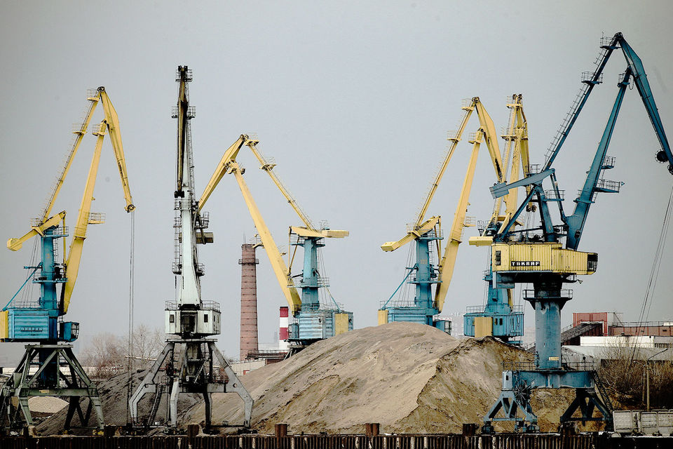 Крупным транспортным компаниям удобнее тарифы в валюте, потому что рубль может как расти, так и снижаться, сказал на совещании гендиректор СУЭК Владимир Рашевский
