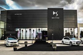 DS – третий, премиальный бренд PSA Groupe, производящей также автомобили под массовыми брендами Peugeot и Citroen
