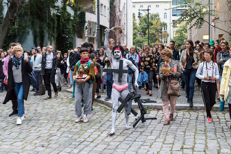 Веселый Си Зора Снейк прогулялся по Берлину крестным ходом