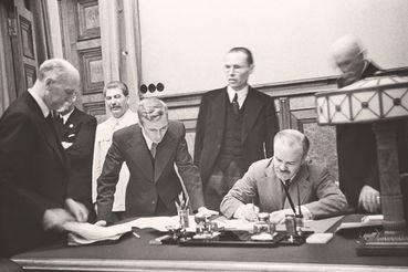 Пакт Молотова – Риббентропа с завидным упорством пытаются представить как единственно верный, а то и гениальный шаг советского руководства