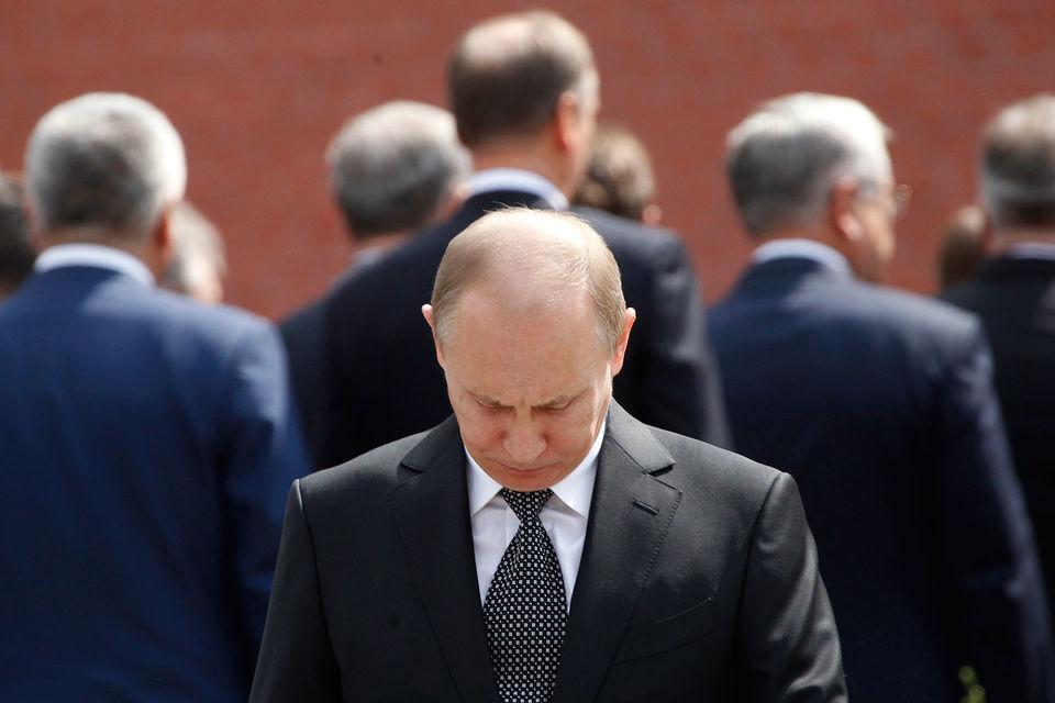 Эксперты постарались понять, кто из стоящих за спиной президента может его заменить