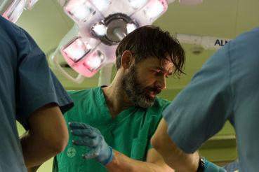 Сам режиссер сыграл в своем фильме человека со скальпелем, которому лучше не действовать на нервы