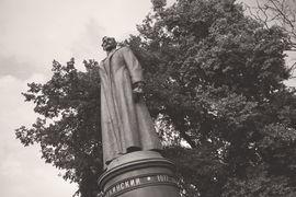Как ни относиться ко всему, что символизирует Дзержинский, но стоял он на площади своего имени безупречно – без него она градостроительно осиротела и рассыпалась