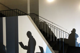 Все больше работников стали работать и дополнительно подрабатывать неофициально или получать деньги в «конвертах»