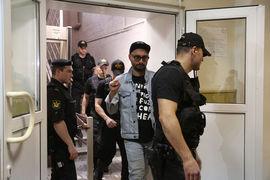 Кирилл Серебренников (в центре) не смог убедить суд в своей невиновности