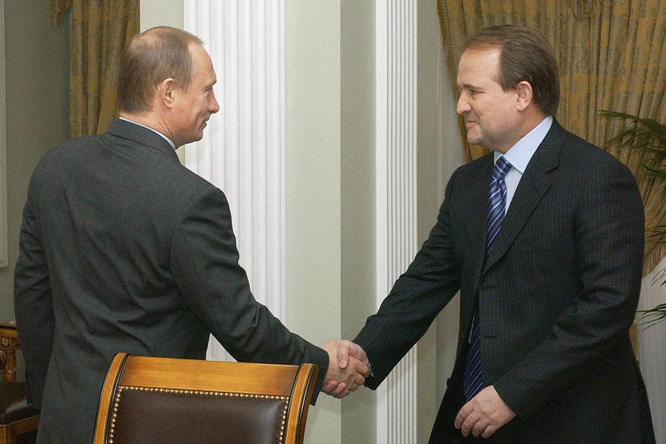 По данным РБК, Медведчук имеет прямые контакты и с Путиным, и с администрацией Порошенко (архивное фото)