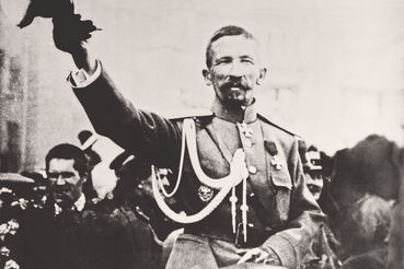 Простое происхождение, общероссийская известность, отсутствие связей с аристократией и распутинцами помогли Корнилову сделать карьеру в условиях революции