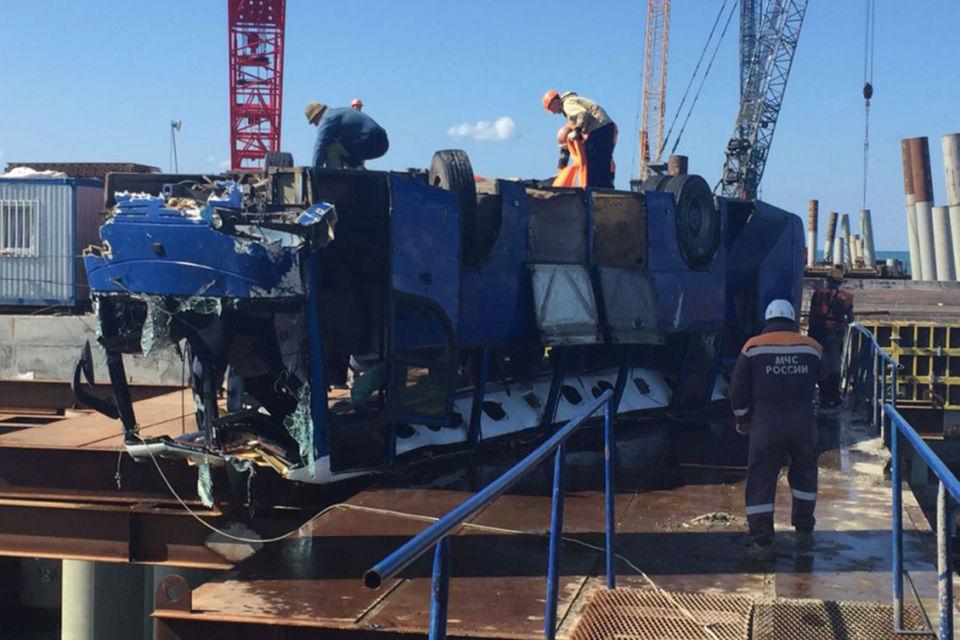 Спасатели МЧС России ликвидируют последствия ДТП в Краснодарском крае
