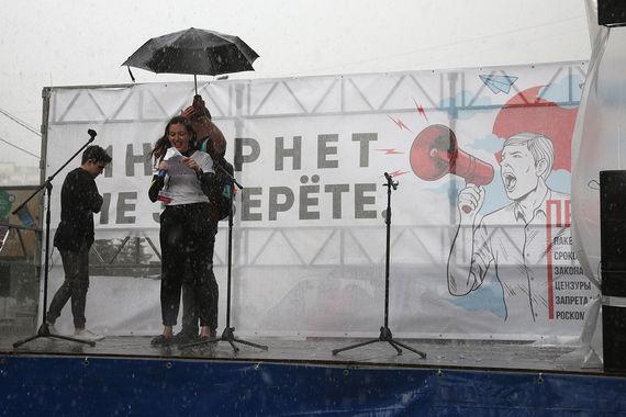 Перед началом митинга с плаката, который висел на заднике сцены,  вырезали слово «гады». Первоначально текст плаката был таким: «Интернет  не заберете, гады»