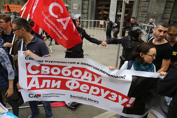 По данным «ОВД-инфо»,  на митинге задержали более 10 человек. Задержаны  участники колонны в  поддержку журналиста Али Феруза, который сейчас  содержится в изоляторе  для иностранных граждан из-за решения суда о депортации его в  Узбекистан