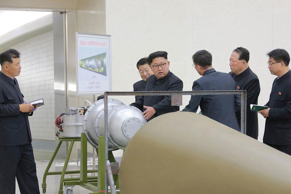 Накануне телевидение КНДР показало сюжет, где лидеру страны демонстрировалась термоядерная боеголовка, которая может быть установлена на баллистическую ракету