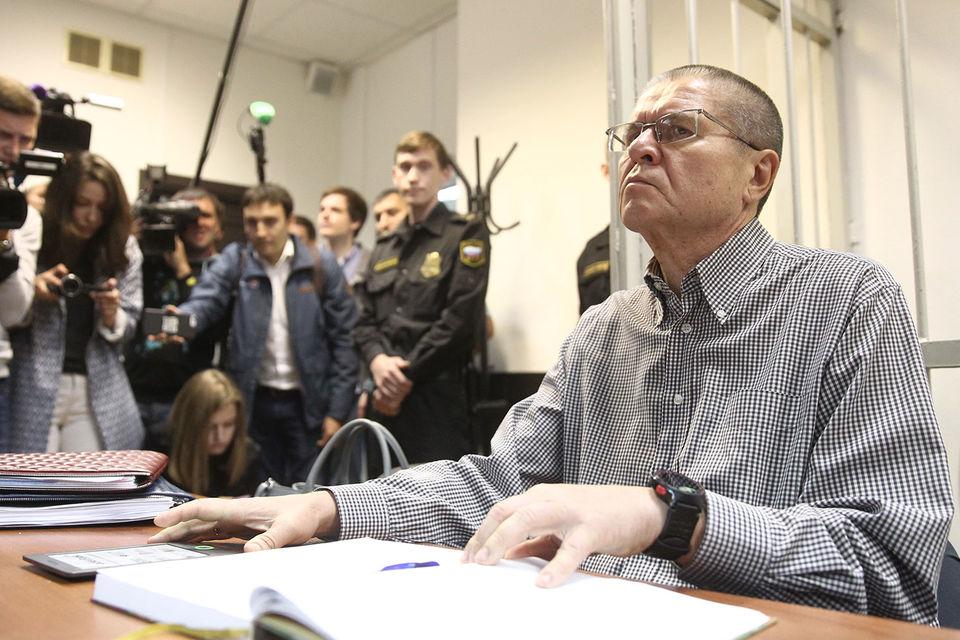 Экс-министр Улюкаев обвиняется в получении взятки в особо крупном размере