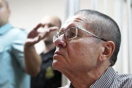 В заявлении, оглашенном в суде прокурором, говорится, что от Сечина получена информация о том, что Улюкаев требует вознаграждение в размере $2 млн за содействие в подготовке сделки по продаже «Башнефти»