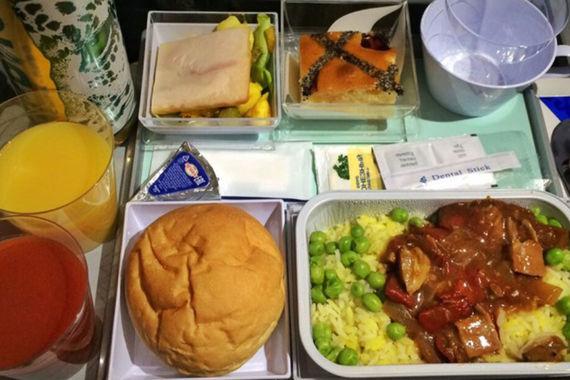На втором месте —  «Эйр Астана». Бортовое питание пассажиры сравнивают с домашней едой,  отмечают, что в меню много мяса. Казахская авиакомпания угощает клиентов  блюдами национальной кухни, вином и пивом. Во время коротких перелетов  кормят проще: обычно предлагается легкий завтрак, который тоже получает  неплохую оценку пассажиров