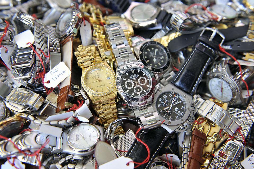 По оценке Федерации швейцарских производителей часов, ежегодно конфискуется и уничтожается от 1 млн до 2 млн экземпляров поддельных часов
