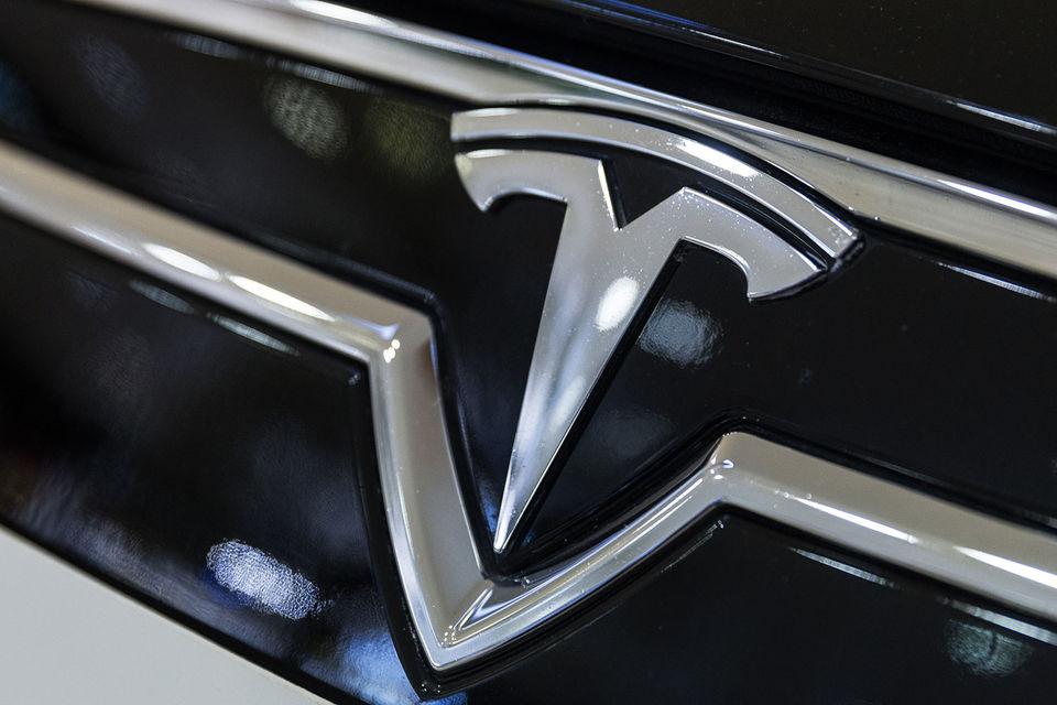 В жалобе говорится, что компания Tesla препятствовала рабочим в реализации их прав