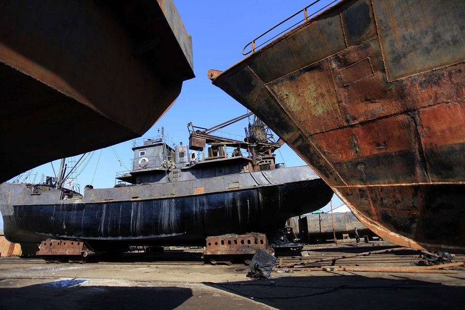 Покрытые ржавчиной корабли, помогающие КНДР вести внешнюю торговлю, постоянно меняют владельцев, название и флаги