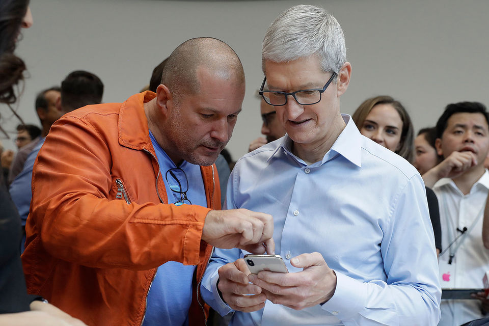 Тим Кук показывает новый  iPhone экспертам