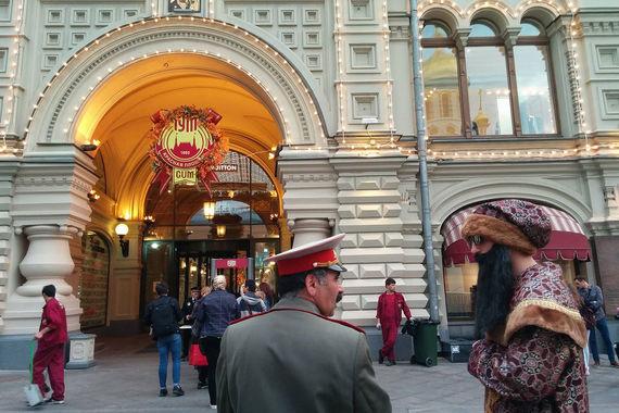 В полицию поступил анонимный звонок о минировании  Главного  универсального магазина (ГУМ) в центре Москвы, передало агентство  городских новостей  Москва  со ссылкой на источник в правоохранительных  органах