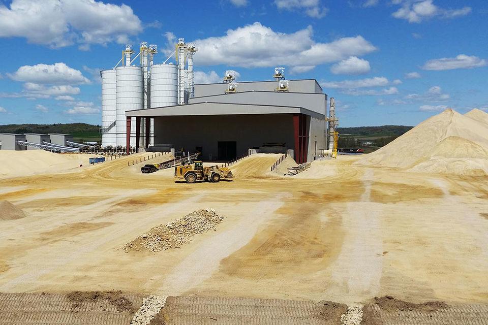 Техасские нефтяники увеличили производительность скважин, используя больше мелкого местного песка: он делает дополнительные трещины в пласте, высвобождая больше нефти