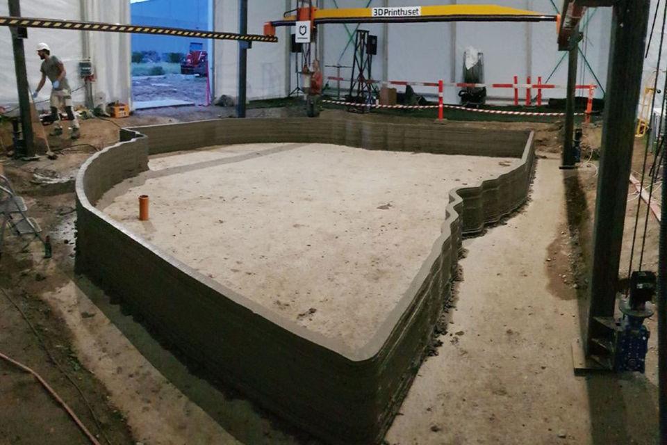 Фундамент офисного здания площадью 50 кв. м уже заложен, идет печать стен