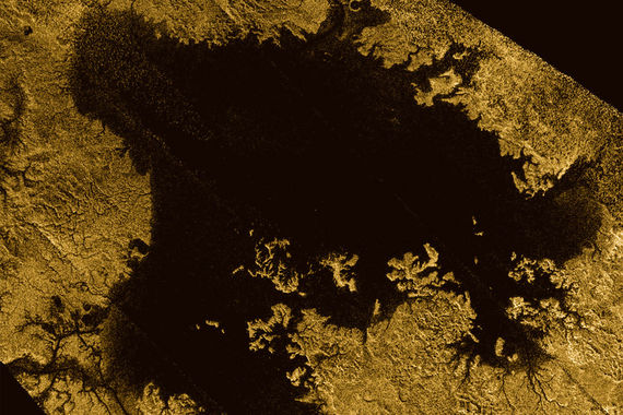 Стало известно, что спутник Сатурна Титан скрывает ледяные горы и моря жидкого метана (на фото)