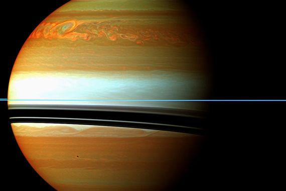 Больше десяти лет он исследовал Сатурн, его кольца и «странные и  красивые» луны, пишет NASA, перечисляя открытия, сделанные «Кассини»