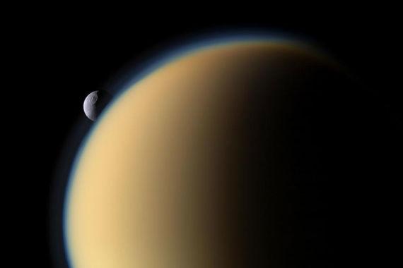 Среди  сотен лун солнечной системы Титан является единственной планетой с  плотной атмосферой и резервуарами жидкости на поверхности, чем схож с  Землей
