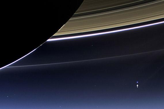 Зонд «Кассини» – один из самых дорогих и при этом самых  долгоживущих и успешных проектов. Общая стоимость проекта составила $3,9  млрд (на фото стрелкой обозначена планета Земля)