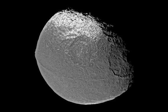 А спутник Япет интересен горной грядой, пересекающей его точно по экватору, – но её происхождение еще предстоит объяснить