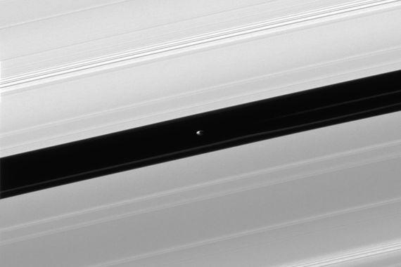 Один из спутников Сатурна — Пан — очищает гравитацией окрестности своей орбиты от частиц кольца