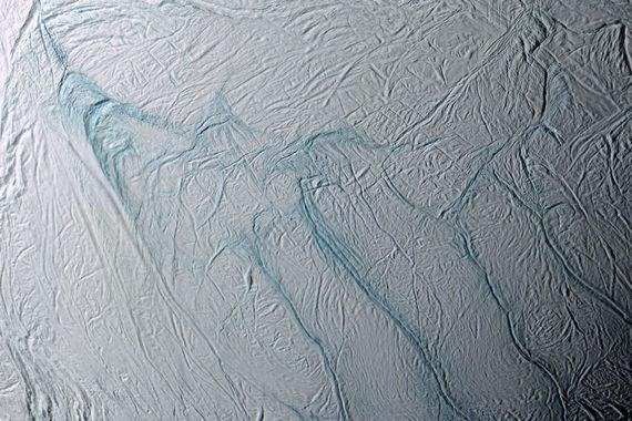 Благодаря данным от «Кассини» ученые NASA обнаружили на спутнике Сатурна  Энцеладе признаки наличия подходящих для существования жизни условий.  Эксперты считают, что подо льдом у спутника проходят химические реакции,  необходимые для поддержания жизни микробов