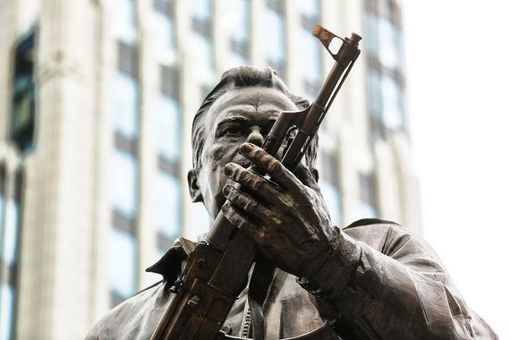 normal x0e Как выглядит памятник Калашникову в центре Москвы