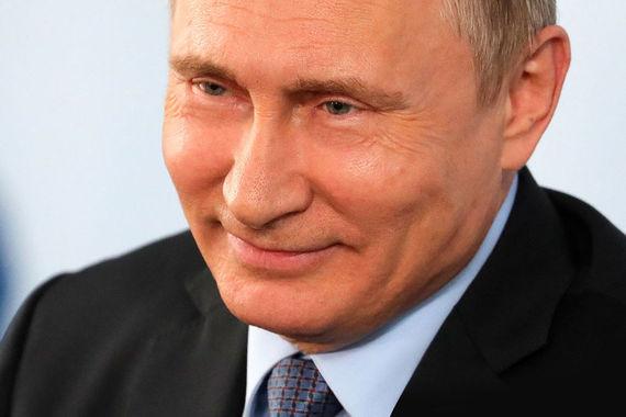 В августе 1999 г. директор ФСБ Владимир Путин возглавил правительство. А 31 декабря Путин становится исполняющим обязанности президента России. Побыв в должности премьера с 2008 по 2012 г., Путин вернулся на пост президента