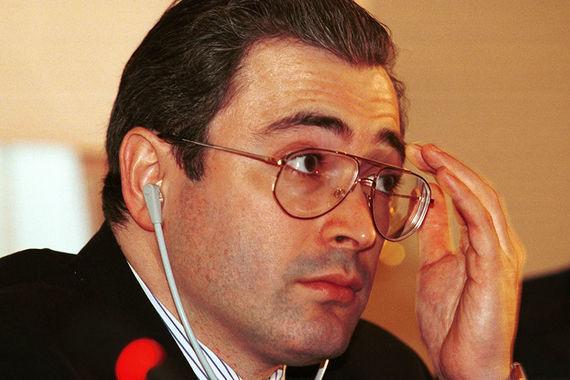 К моменту, когда начали выходить «Ведомости», бывший комсомольский деятель Ходорковский уже успел стать владельцем одного из крупнейших банков – «Менатеп», промышленной империи «Роспром» и, самое главное, – нефтяной компании ЮКОС. В 2017 г. Михаил Ходорковский уже экс-владелец ЮКОСа, который более 10 лет провел за решеткой по обвинению в мошенничестве и неуплате налогов. Теперь у Ходорковского есть своя общественная организация «Открытая Россия» и акселератор для стартапов в области медиа  «Открытые медиа»
