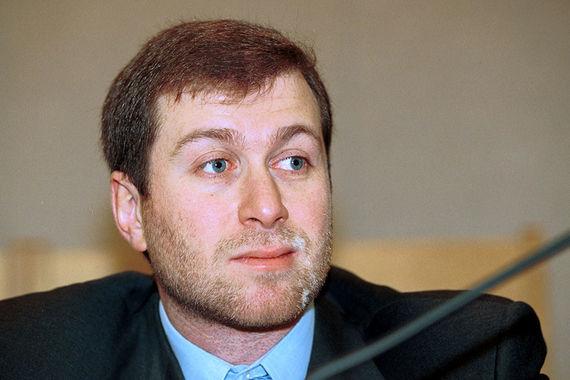 В 1999 г. один из основных активов Романа Абрамовича – «Сибнефть» (нынешняя «Газпром нефть» – в 2005 г. предприниматель продал 73% акций компании «Газпрому» за $13 млрд). Осенью бизнесмен занялся и политикой, а 19 декабря 1999 г. избран депутатом Госдумы как кандидат по Чукотскому одномандатному округу. Сейчас у бизнесмена почти треть пакета «Евраза», 24% «Первого канала», недвижимость и футбольный клуб Chelsea. Вместе с партнером по «Евразу» Александром Абрамовым он владеет 6,28% акций «Норильского никеля»