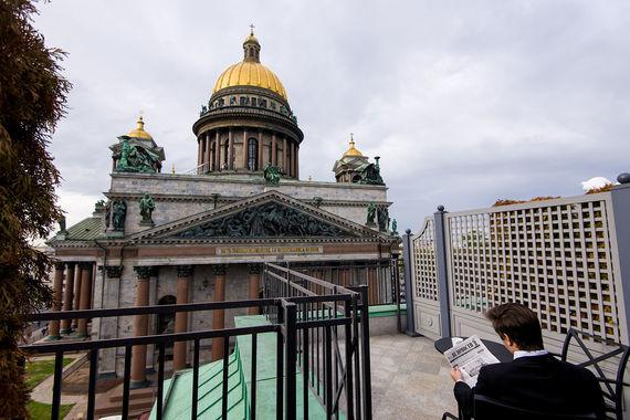 Часть номеров отеля Four Seasons Hotel Lion Palace St. Petersburg (на пятом этаже) имеют отдельные террасы, с которых открываются виды на Адмиралтейство, Исаакиевский собор или Вознесенский проспект