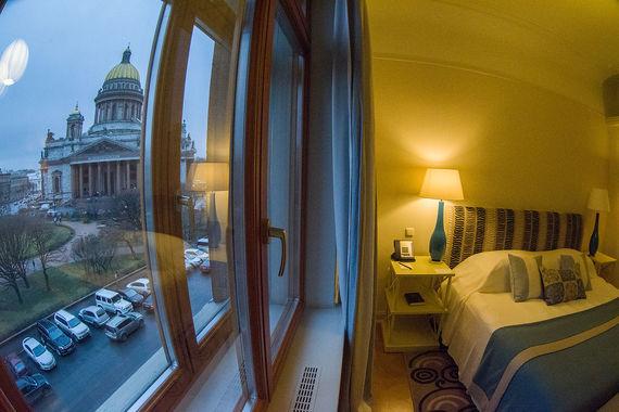 Один из пятизвездочных отелей Исаакиевской площади - «Астория». Вид на собор открывается из номеров Superior Deluxe, люксов Deluxe Junior, президентского и королевского люксов