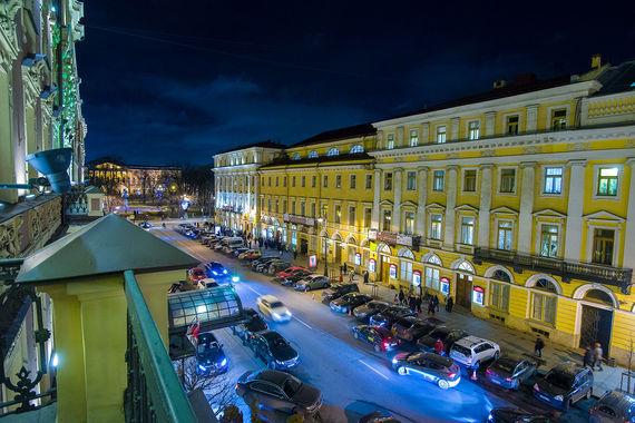 Панорама Михайловской улицы, площади Искусств и Русского музея, открывающаяся из «Гранд Отеля Европа»