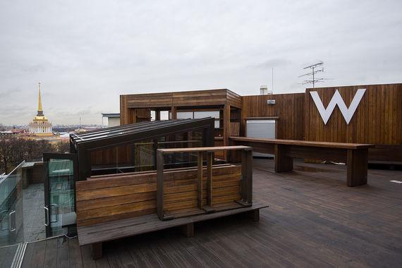 W Terrace на восьмом этаже отеля W открыта с мая по сентябрь. В этот период с крыши можно полюбоваться на Адмиралтейство, Александровский сад, Петропавловскую крепость