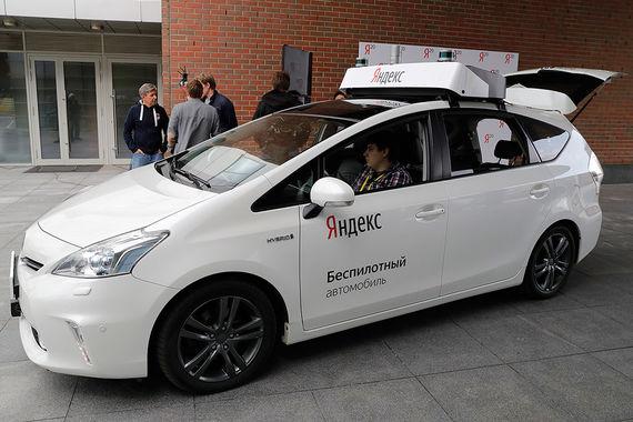 Российскому президенту также показали прототип беспилотного автомобиля, над которым идет работа с 2016 г. Путин понаблюдал, как гибридный автомобиль Toyota Prius тронулся и поехал по внутреннему двору «Яндекса»