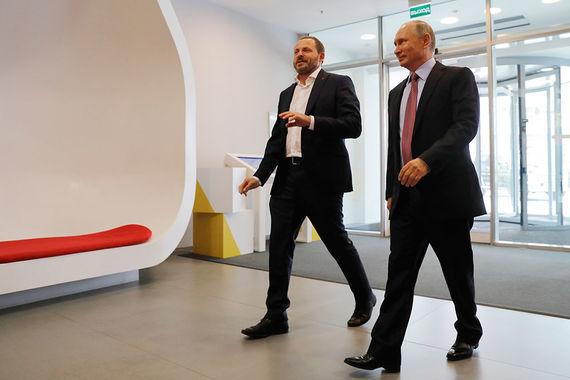 Президент России Владимир Путин в четверг посетил московский офис компании «Яндекс». Слева гендиректор компании Аркадий Волож. Президенту показали одну из новых разработок «Яндекса» – голосовой помощник «Алиса», аналог сервиса Siri от Apple. Обсудить с «Алисой» пока можно такие темы, как погода и маршруты по городу, передает «Интерфакс»