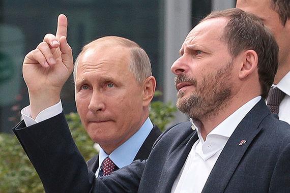 """Президент спросил у «Алисы»: «Тебя тут не обижают?» «Окей, учту», – ответила «Алиса». «Как ты себя тут чувствуешь?» – поинтересовался президент. Голосовой помощник ответил, что рассматривает «фотографии котиков в """"Яндексе"""", ничего лучше котиков нет, надеюсь, у вас тоже все хорошо». Голосовой поисковик будет запущен 10 октября, передает «Интерфакс»"""
