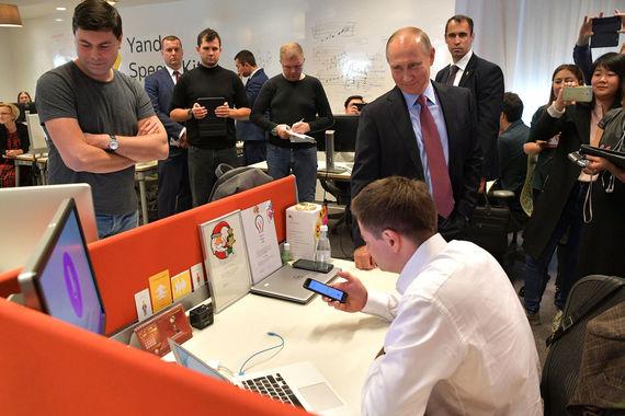 Отличительная черта российского голосового помощника заключается в том,  что с этой системой можно разговаривать, объяснил сотрудник «Яндекса»  президенту. Система не только отвечает на вопросы, но с ней можно вести  диалог, сказал основатель компании «Яндекса» Аркадий Волож