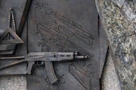 На памятнике Калашникову оказался чертеж немецкой штурмовой винтовки StG 44