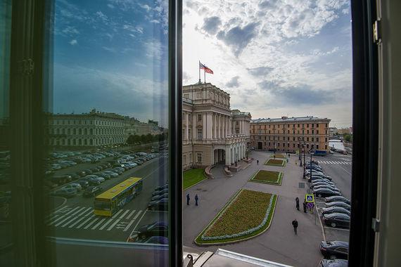 Другой ракурс из окон Lotte - на переулок Антоненко и Мариинский дворец, в котором работает Законодательное собрание Санкт-Петербурга