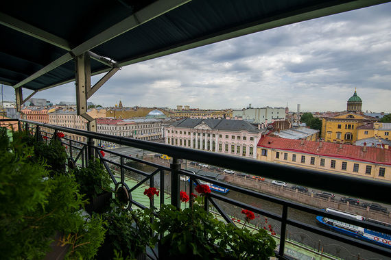 «Талион Империал отель» — единственная гостиница Санкт-Петербурга в историческом дворце XVIII века. Он расположен на пересечении набережной Мойки и Невского проспекта, и лучший вид на реку открывается из ресторана «Виктория» на шестом этаже отеля