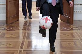 Этой осенью Владимир Путин, судя по всему, отфутболит еще нескольких губернаторов